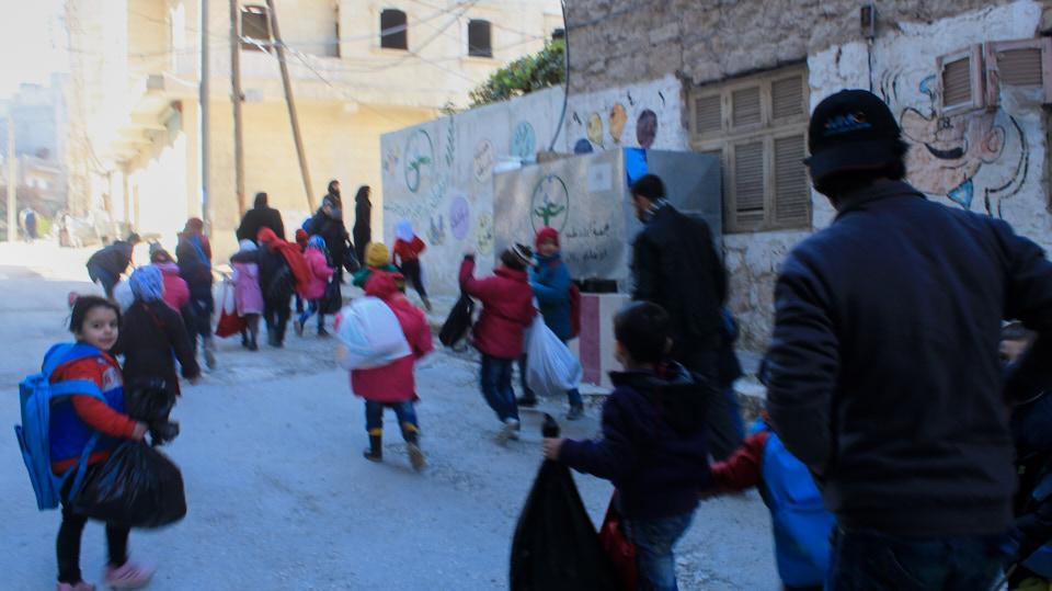 HHC | Schule in Syrien. Oft bringen die Eltern ihre Kinder morgens zum Unterricht.