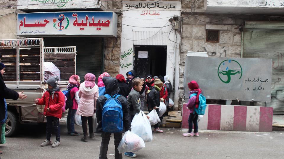 HHC | Schule in Syrien. Die Schulen stellen Arbeitsmaterial, Schultaschen, Bücher und Hefte zur Verfügung.