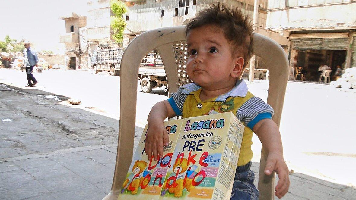 Baby-mit-Babymilch-in-Aleppo