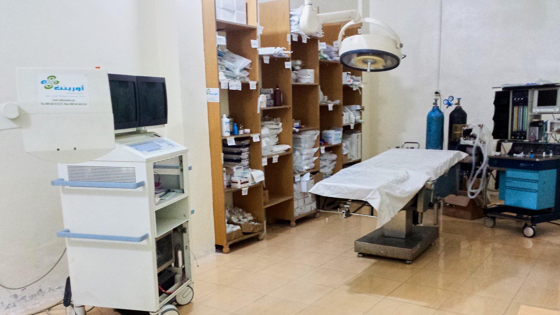 Krankenhaus in Darkusch/Qunaya, 2014. Die USSA (Union der syrischen Studenten und Akademiker, Berlin) transportierte 2014 ein Röntgengerät dort hin. HHC wurde von Mitgliedern der USSA 2015 gegründet. Die Hilfslieferungen von 2011 bis Spätsommer 2015 liefen unter dem Namen der USSA.