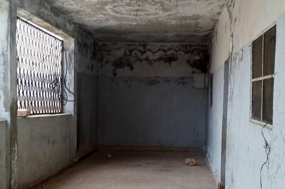 Der leere Flur einer verlassenen Schule in Syrien. Die Wände sehen schmutzig aus.