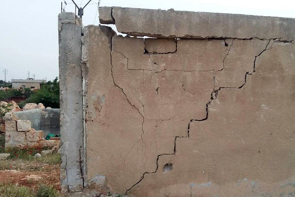 Außenwand eines Schulgebäudes. Durch die Mauer läuft ein breite Riss.