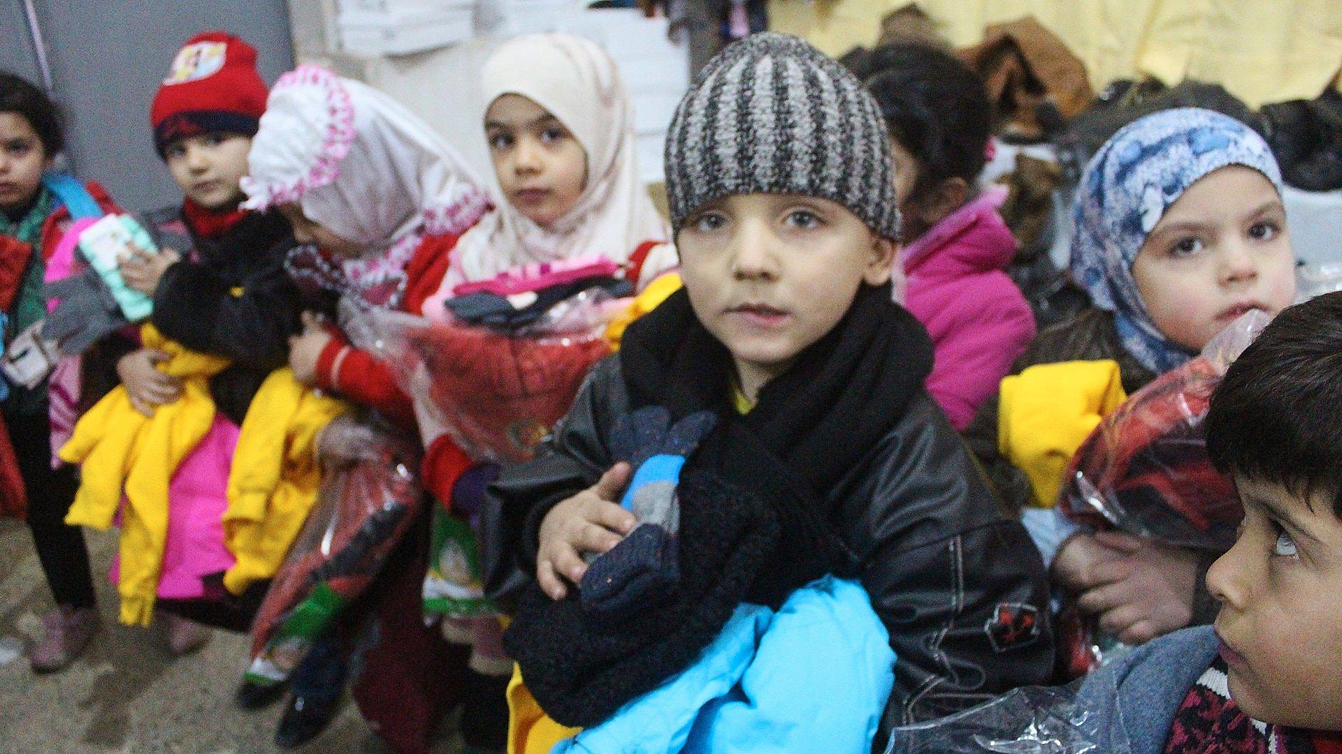 Kinder in Allepo bei der Kleiderausgabe